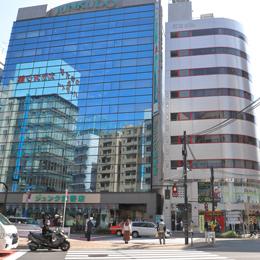 ジュンク堂書店の横の「前田ビル」が目的地ですので、横断歩道を渡ってください。