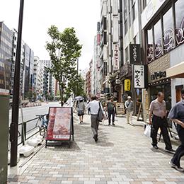 飲食店が足り並ぶ通りを直進します。