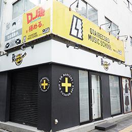 大きな道路(明治通り)まで直進すると、右手に「The Dr. Martens Store」という黄色い看板のお店が見えます。そちらを右折してください。